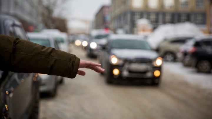 Таксиста рассердила расчёсывающаяся пассажирка — он повёз её в Кемерово, а потом сломал ей нос