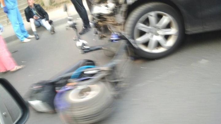 «Электросамокат — посреди дороги, человек на обочине»: на Киевской мужчина попал под колёса «Ауди»