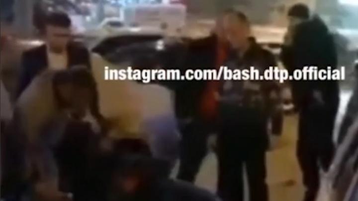 Двое мужчин подрались из-за машины в Уфе, момент попал на видео