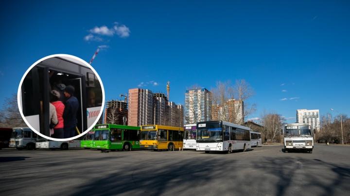 «Пусть мэр прокатится с нами»: пассажиры пожаловались на переполненный автобус. Видео