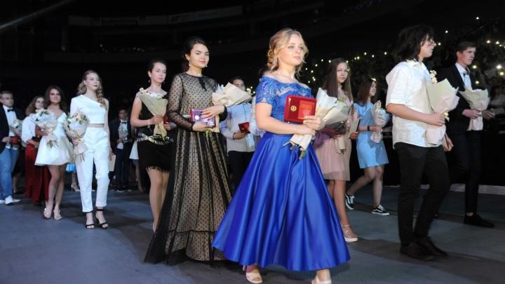 Оркестр и почётная рота: как ярославские выпускники отгуляли на губернаторском балу. Фото