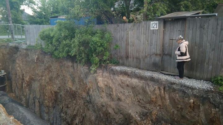 Выходишь — а там обрыв в полтора метра: на Сортировке рабочие выкопали ров вдоль частных домов