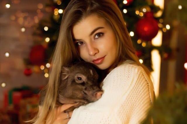 Пумба поможет: 12 откровенных и милых фото девушек со свинками. Говорят, это на счастье