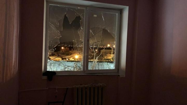 Кто-то выпрыгнул в окно? Появились фото из исправительной колонии №5, где произошел бунт