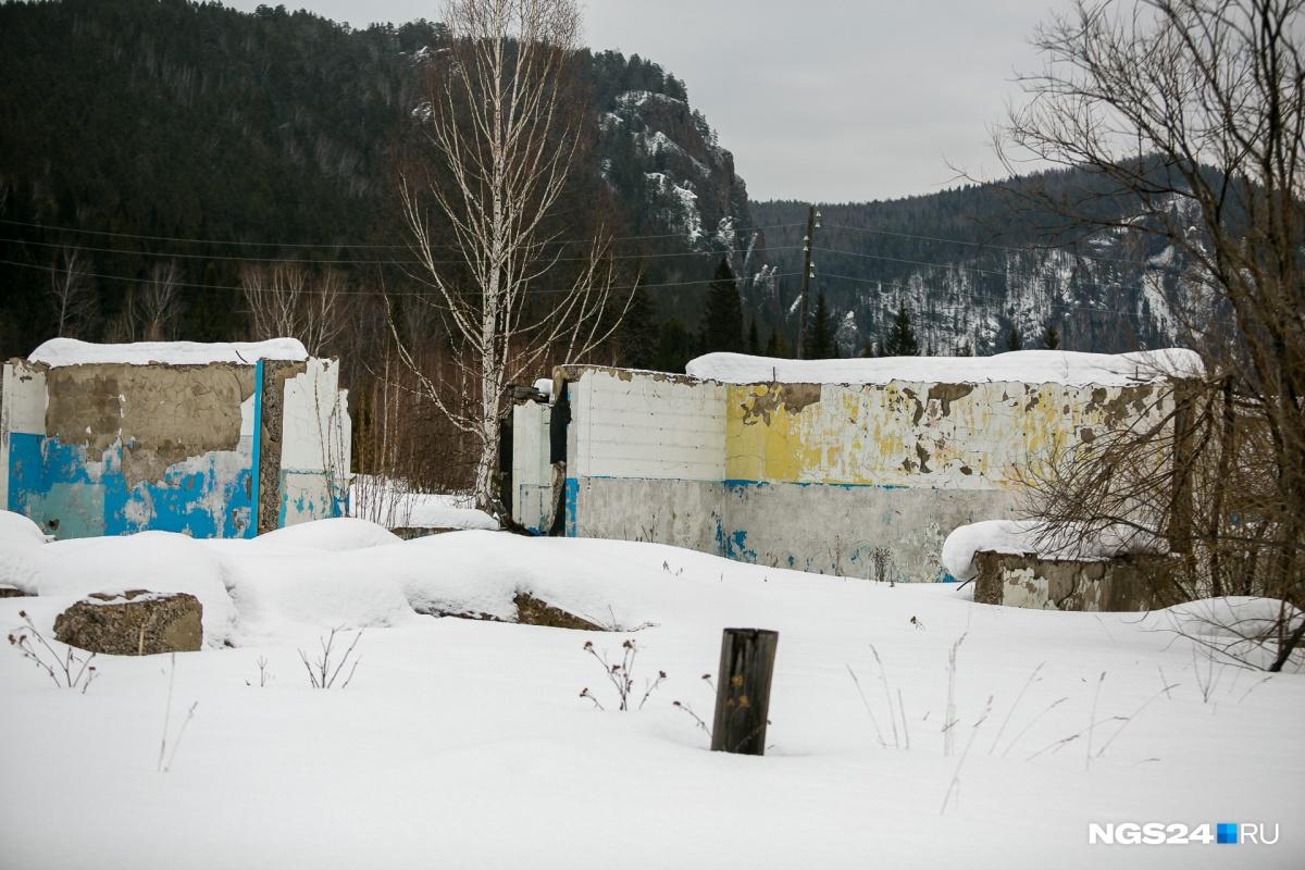 Всё, что осталось от местной школы. Раньше здесь было 9 учебных кабинетов, библиотека. Здесь же собирались сельчане и устраивали праздники