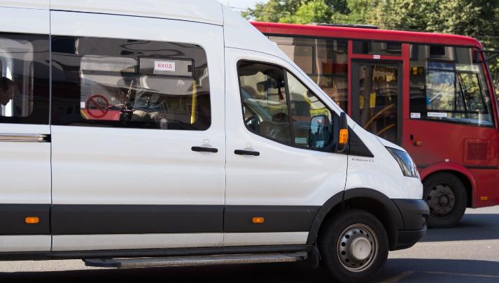 Служебная маршрутка с рабочими влетела в грузовик на трассе в Ярославском районе: первые подробности