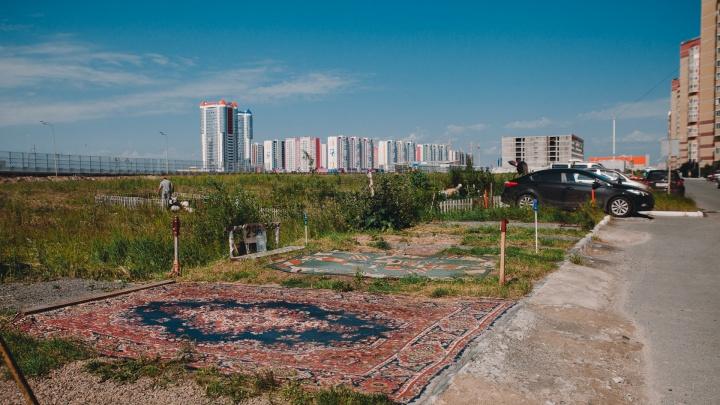 «Стоянка Аладдинов»: тюменцы застолбили себе парковку с помощью старых ковров (они пронумерованы)