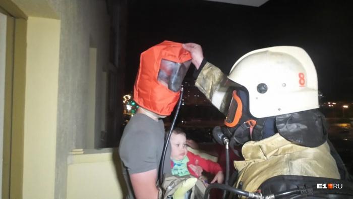 В подъезде было серьезное задымление, жильцов эвакуировали в спасательных масках