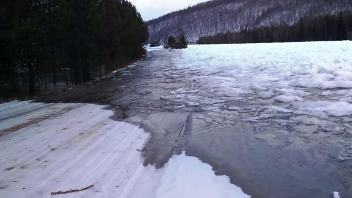В Саянском районе разлившаяся река затопила дорогу