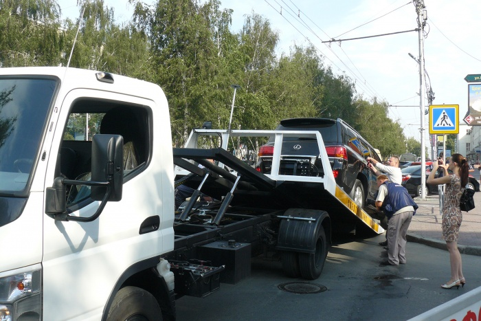 Жена сына должницы бросилась под колёса эвакуатора ради сохранения авто