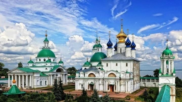 Турист из Москвы избил покупательницу в торговом центре и сбросил паломницу с монастырских стен