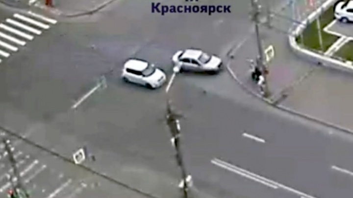Автомобиль влетел в группу пешеходов после столкновения с поворачивающей машиной на перекрёстке