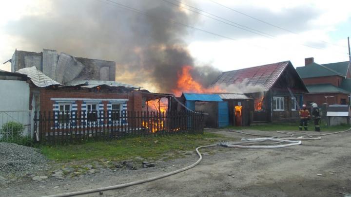 На окраине Екатеринбурга сильнейший пожар повредил три жилых дома