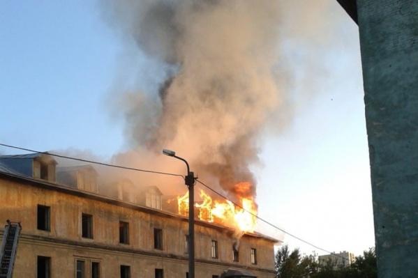 Пожарные продолжают бороться с огнём