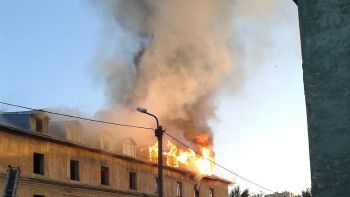На Расточке загорелся расселённый барак (видео)