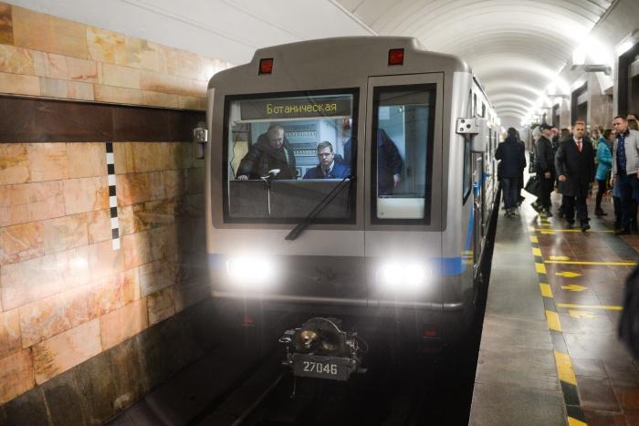 Во время первого рейса новый состав метро смогли увидеть в деле представители власти, журналисты и пассажиры