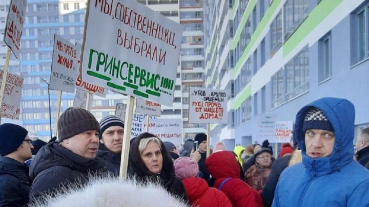 «Был мат, выбивание стекол»: конфликт жильцов и УК в Екатеринбурге снова пришлось разрешать полиции