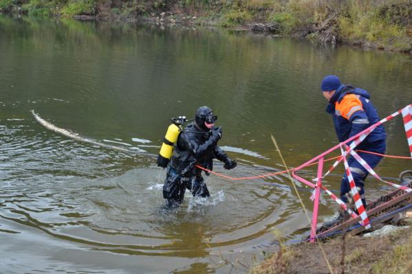 Тело достали из воды спасатели