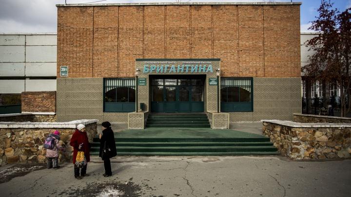 Директор новосибирского бассейна больше года выписывал себе премии — его отправили под суд