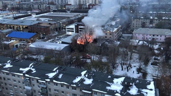 Дым видно за несколько километров: в Екатеринбурге загорелось заброшенное здание у завода