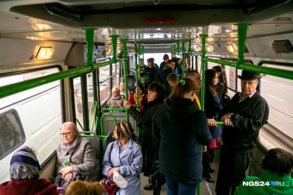 В большинстве автобусов безналичной оплаты нет