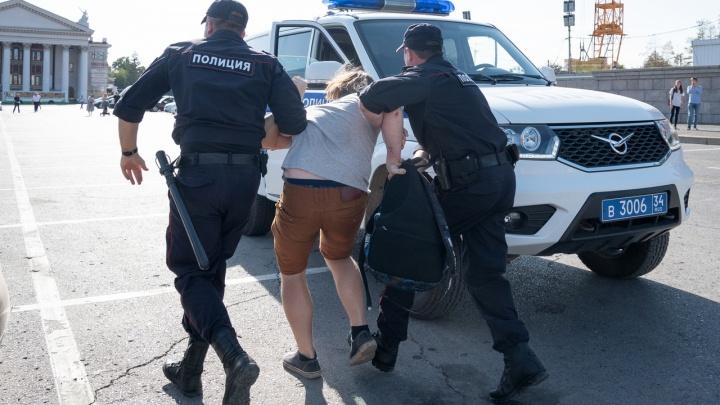 В Волгоградевосемь человек доставили в полициюс акции сторонников Навального