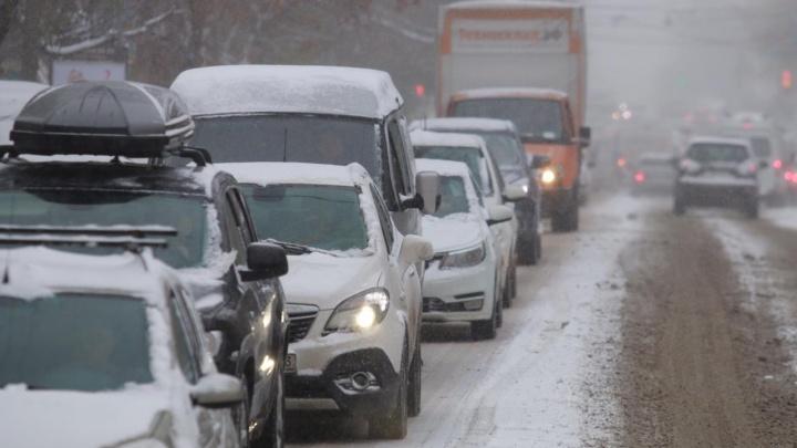 Десятки ДТП, «каша» на дорогах и пробки: рассказываем о последствиях первого снегопада в Ростове
