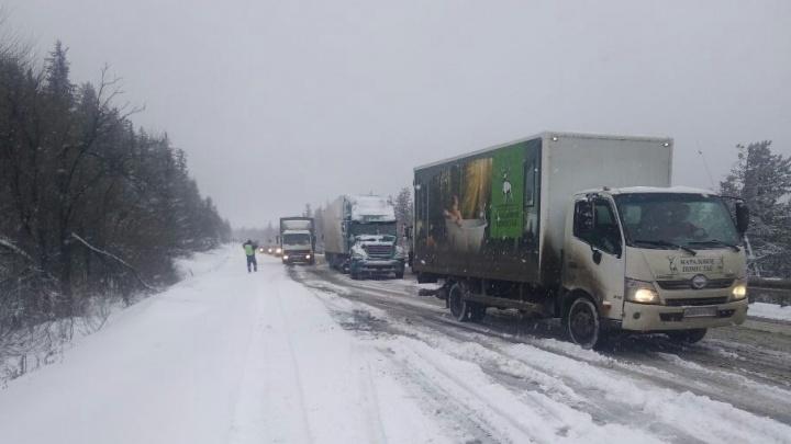 Снежный коллапс: на трассе Уфа — Челябинск встали большегрузы