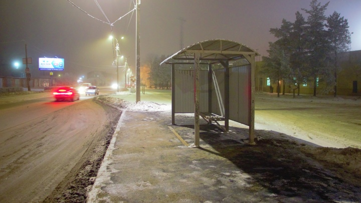 Нет перехода — нет и знака: возле речпорта поставили остановку, которую игнорируют автобусы