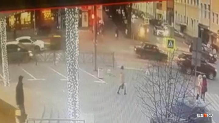 Летел, не останавливаясь: камеры сняли, как водитель KIA устроил массовое ДТП с пострадавшими