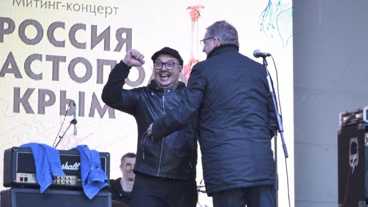 На концерте в Омске экс-солист «Смысловых Галлюцинаций» обнялся с губернатором и раздал автографы
