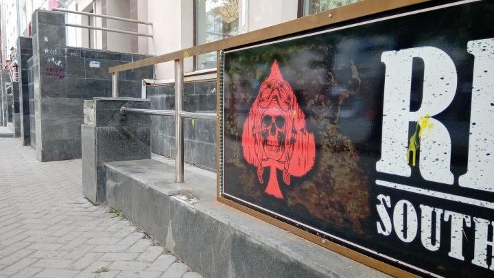 В центре Екатеринбурга неизвестные на белом ВАЗ-2114 обстреляли 7 человек из пейнтбольных ружей