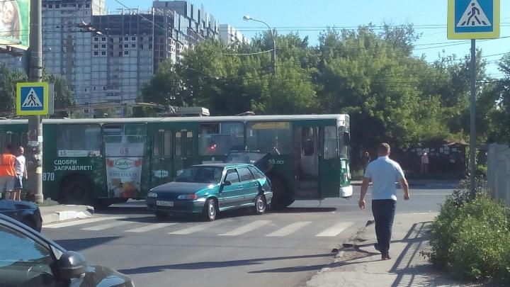 В Самаре на пересечении Авроры и Карла Маркса троллейбус столкнулся с ВАЗ-2114