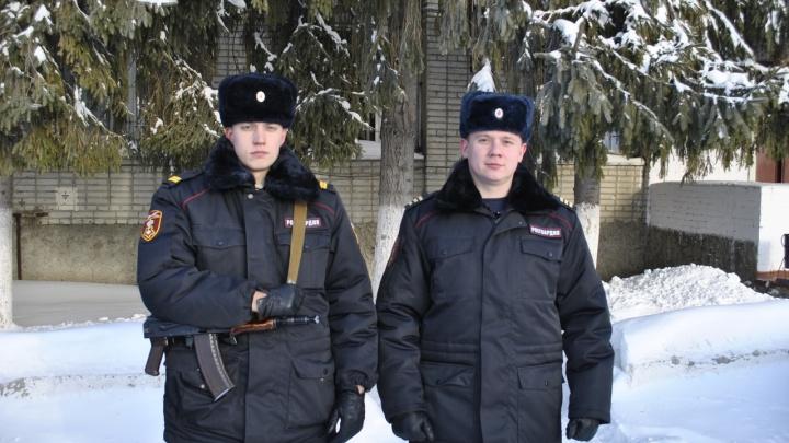 В Шадринске сотрудники Росгвардии помогли престарелой женщине и замерзающему мужчине