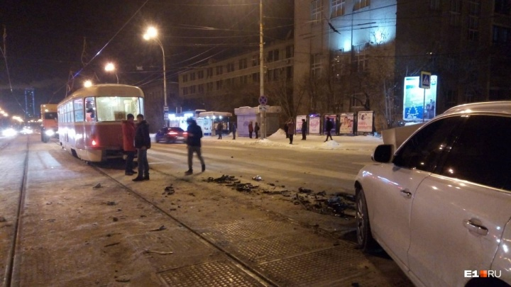 Камера наблюдения сняла, как Audi на полном ходу протаранила трамвай в Екатеринбурге