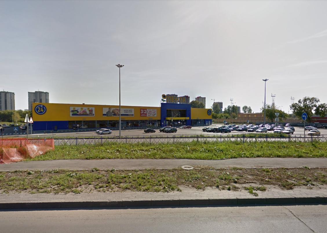 Фонарь упал на машину на парковке возле гипермаркета