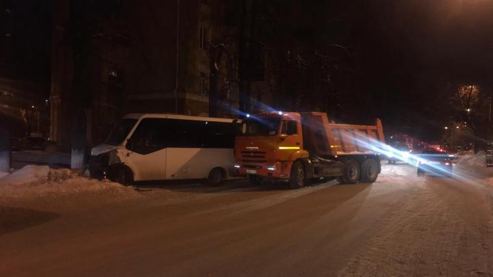 В Уфе КАМАЗ врезался в пассажирский автобус №211, трех человек госпитализировали
