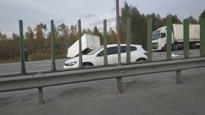 На дублере Сибирского тракта легковушка столкнулась с грузовиком: погиб человек