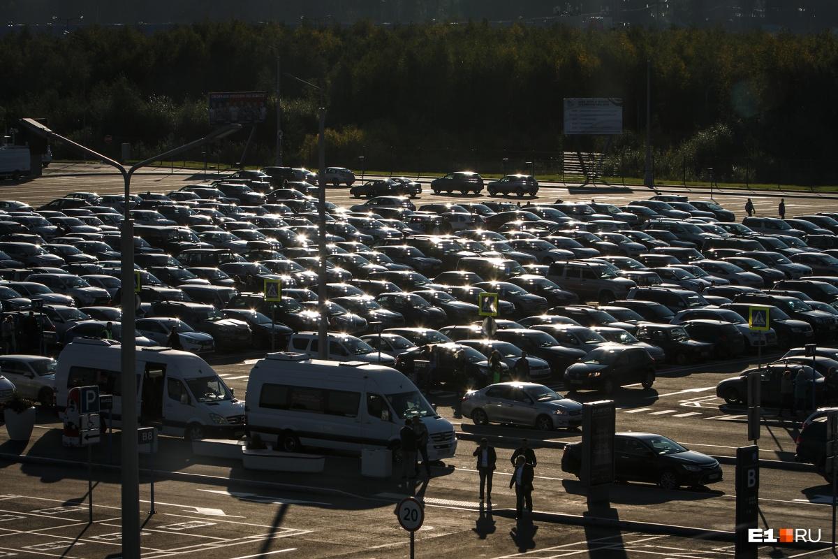 В воскресенье сюда приехало много машин