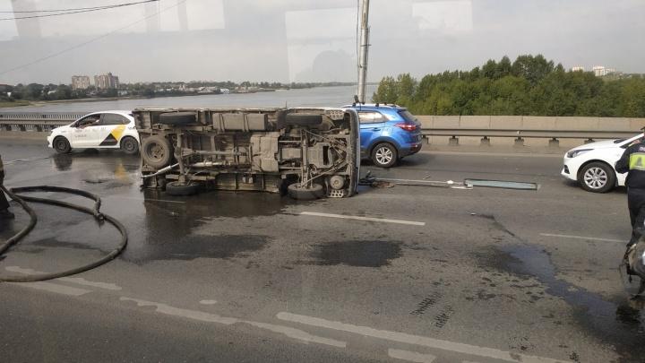 Перевернувшаяся машина парализовала движение на Димитровском мосту