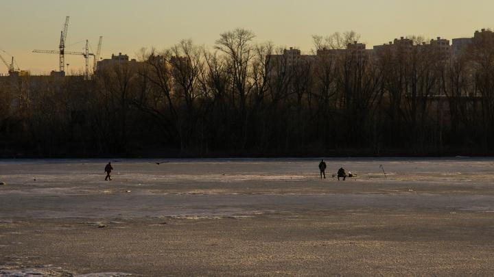 Омичи, несмотря на опасность, продолжают рыбачить на тонком льду Иртыша