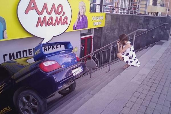 «Припаркованная» иномарка на ступенях магазина