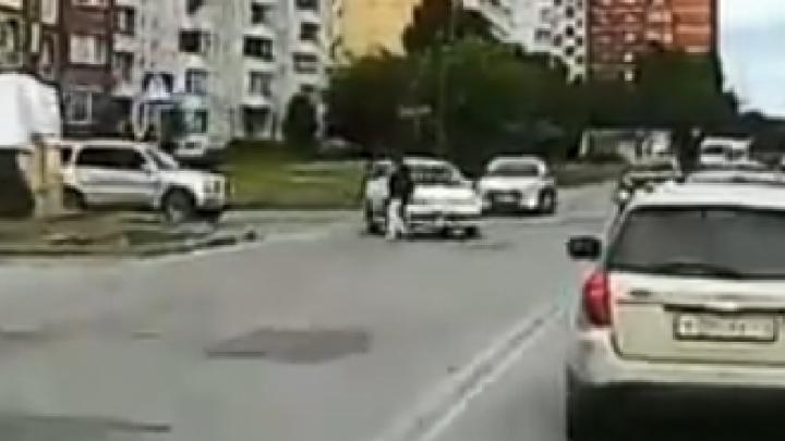 «Куда ты рулишь?»: 22-летний водитель давит женщину на переходе — виноват ли правый руль (видео)