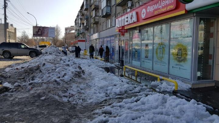 «Новосибирск — город комфортный»: пенсионерки перелезли через перила на затопленной улице