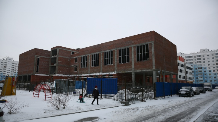 «Денег до сих пор не видели»: рабочие на стройке новой школы остались без зарплаты