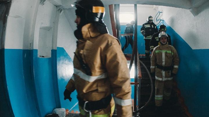 Ночью тюменские пожарные тушили пункт временного размещения людей