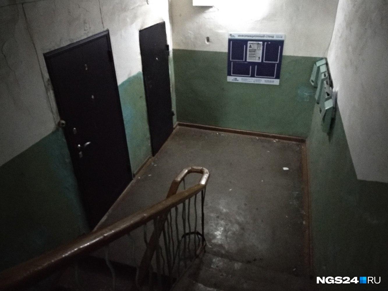Дальняя квартира —№1 —сегодня заперта на ключ. Соседи рассказывают, что одна комната в ней полгода назад горела из-за плохой проводки: «Чуть все не задохнулись»