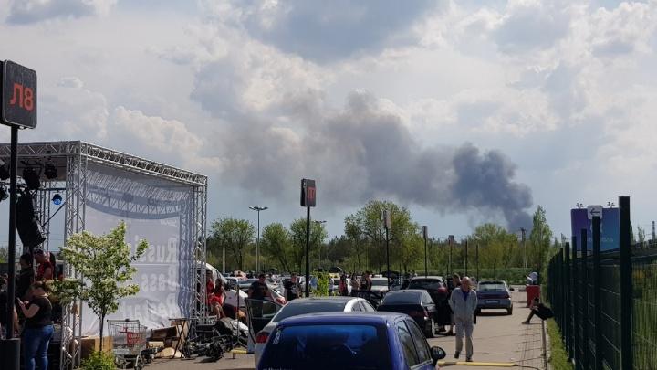 «Люди пытаются отбиться от огня»: в Волгограде загорелся овраг, огонь подступил к домам