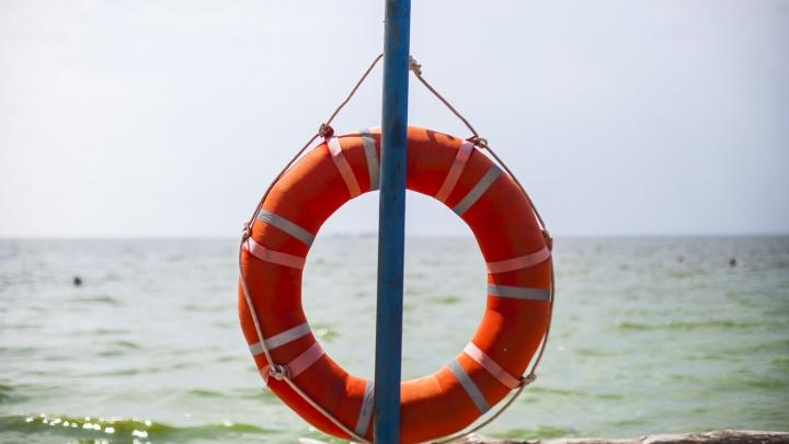 Спасатели сняли двух человек со сломавшегося в Бердском заливе катера
