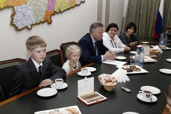 В семье Макеевых, помимо взрослых детей, 2 школьника и 2 дошкольника